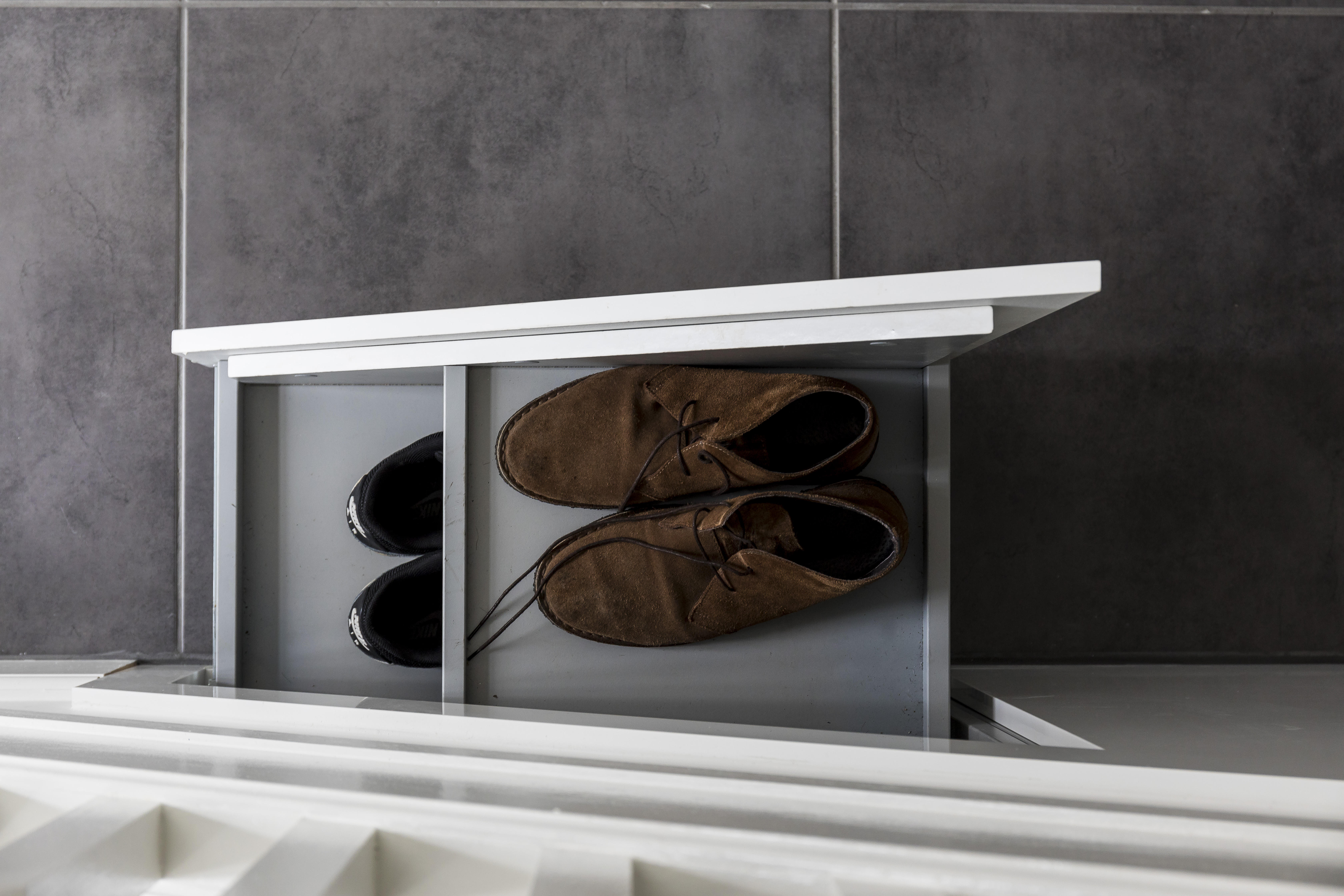 Pull-out shoe cabinet